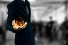 Бизнесмен держа огонь Стоковое фото RF