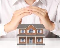 Бизнесмен держа домашнюю модель Стоковые Изображения
