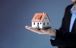 Бизнесмен держа домашнюю модель Стоковое Фото