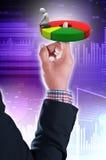 Бизнесмен держа долевую диограмму Стоковое Фото