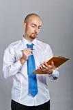 Бизнесмен держа папку и ручку Стоковое Изображение