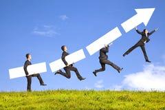 Бизнесмен держа пробел и диаграмму идет вверх уловить стоковое изображение rf