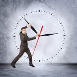 Бизнесмен держа руку часов Стоковая Фотография RF
