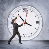 Бизнесмен держа руку часов Стоковое Изображение