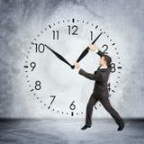 Бизнесмен держа руку часов Стоковые Изображения