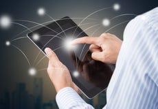 Бизнесмен держа сенсорный экран таблетки Стоковая Фотография RF