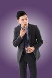 Бизнесмен держа сигару стоковые изображения rf