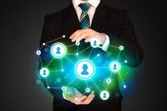 Бизнесмен держа социальную сеть средств массовой информации Стоковая Фотография RF