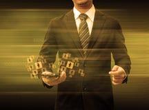 Бизнесмен держа средства массовой информации social технологии мира smartphone Стоковое Изображение