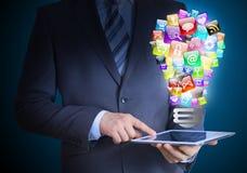 Бизнесмен держа таблетку в его руках стоковое изображение rf