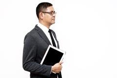 Бизнесмен держа таблетку компьютера стоковые изображения rf