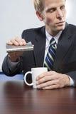 Бизнесмен держа тазобедренную склянку Стоковые Изображения RF