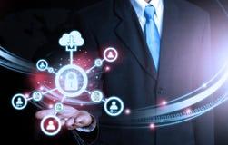 Бизнесмен держа технологию замка соединения мира футуристическую Стоковое Фото