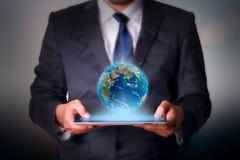 Бизнесмен держа технологию сенсорной панели