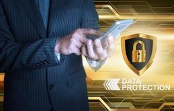 Бизнесмен держа умный экран защиты данных телефона Стоковое фото RF