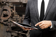 Бизнесмен держа фокус таблетки компьютера селективный на указывать стоковое изображение