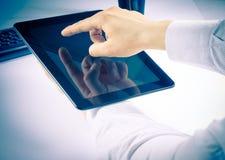 Бизнесмен держа цифровой ПК таблетки в офисе стоковые фото