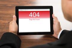 Бизнесмен держа цифровую таблетку с экраном ошибки Стоковые Фото