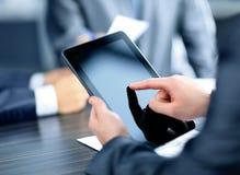 Бизнесмен держа цифровым Стоковые Фото