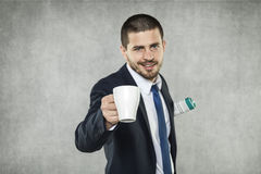 Бизнесмен держа чашку кофе стоковое изображение