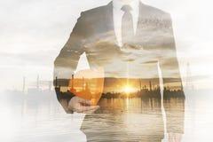 Бизнесмен держа шлем безопасности Стоковое Фото