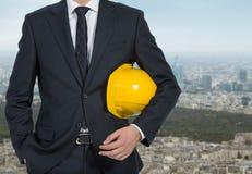 Бизнесмен держа шлем Стоковое Изображение