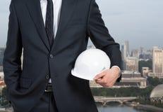 Бизнесмен держа шлем Стоковые Фото