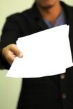 Бизнесмен держит бумагу с космосом экземпляра Стоковое Фото