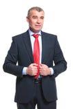 Бизнесмен держит руки на куртке стоковая фотография