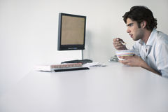 Бизнесмен есть на столе офиса Стоковое фото RF