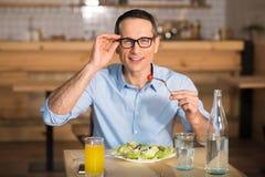 Бизнесмен есть салат в кафе Стоковые Фотографии RF
