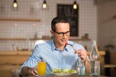 Бизнесмен есть салат в кафе Стоковое Изображение