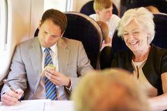 Бизнесмен есть сандвич на поездке на поезде Стоковая Фотография RF
