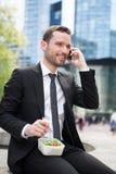 Бизнесмен есть салат для перерыв на ланч Стоковые Изображения RF