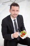 Бизнесмен есть салат для перерыв на ланч Стоковая Фотография RF