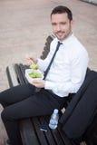 Бизнесмен есть салат для перерыв на ланч Стоковое Изображение RF