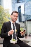 Бизнесмен есть салат для перерыв на ланч Стоковое Фото
