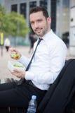 Бизнесмен есть салат для перерыв на ланч Стоковая Фотография