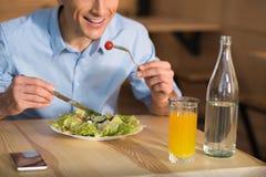 Бизнесмен есть свежий салат Стоковые Фотографии RF