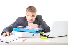 Бизнесмен детенышей перегружанный и сокрушанный в склонности стресса на отжатой папке офиса вымотанной и Стоковая Фотография
