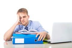 Бизнесмен детенышей перегружанный и сокрушанный в склонности стресса на отжатой папке офиса вымотанной и Стоковая Фотография RF