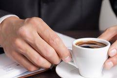 Бизнесмен делает перерыв на чашку кофе Стоковые Фотографии RF