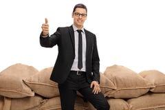 Бизнесмен делая большой палец руки вверх по знаку Стоковые Изображения RF