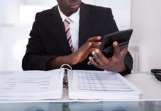 Бизнесмен делая вычисления Стоковые Фотографии RF