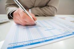 Бизнесмен делая диаграмму gantt Стоковое Изображение