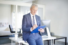 Бизнесмен делая некоторую обработку документов Стоковое Изображение