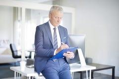 Бизнесмен делая некоторую обработку документов Стоковая Фотография