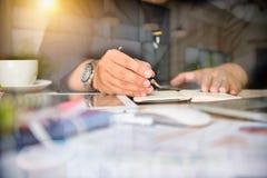 Бизнесмен делая представление на таблице офиса с умным телефоном Стоковая Фотография