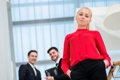 Бизнесмен женщины говоря на мобильном телефоне Молодой бизнесмен s Стоковые Изображения