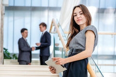 Бизнесмен женщины стоит на лестницах Стоковое Изображение
